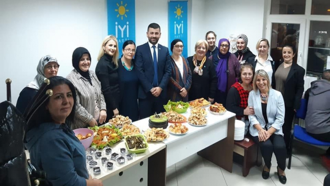 İYİ Parti'nin ikinci yıl dönümü için pastalı kutlama