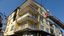 Şefkatiye'de 3 katlı binada yangın çıktı 3 kişi dumandan etkilendi