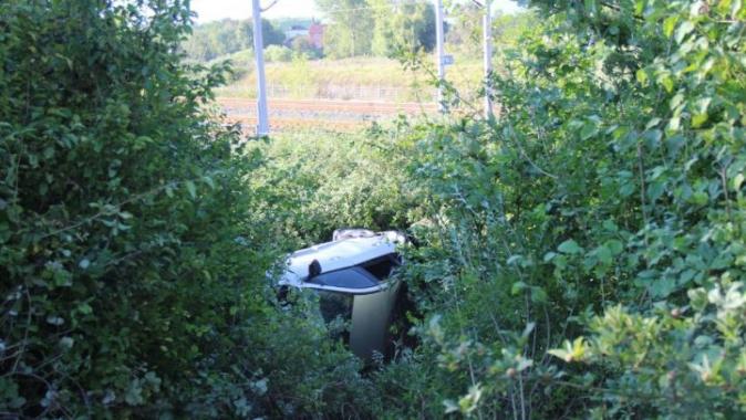 Kaza yapan otomobl 30 metre şarampole yuvarlandı: 1 yaralı
